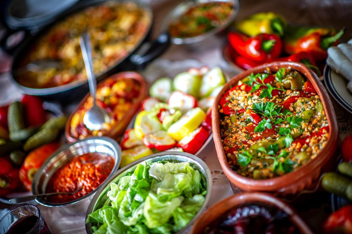 Verschiedene Gerichte auf einer reich gedeckten Tafel