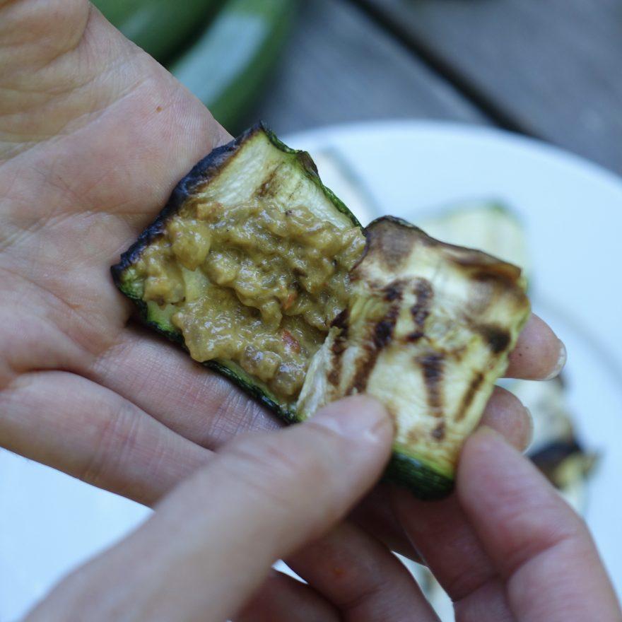 Die Zucchinischeiben werden mit Pinđur und Maliđano bestrichen und eingerollt.