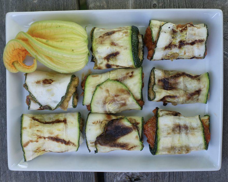 Zucchiniröllchen gefüllt mit Bio Pinđur und Bio Maliđano