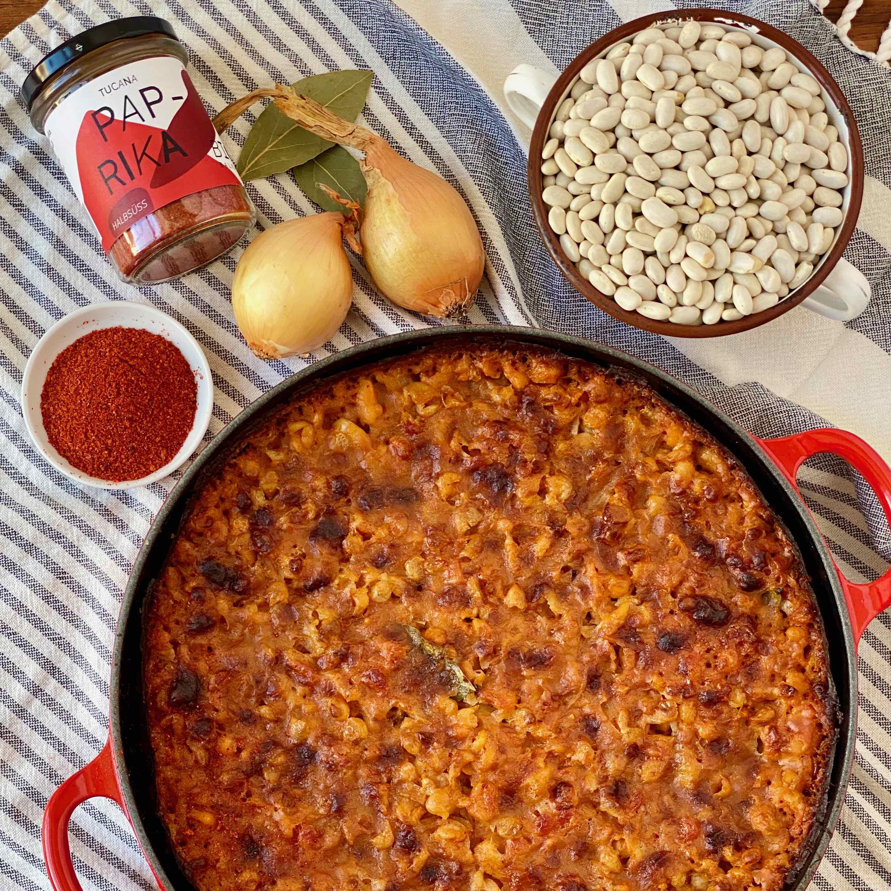Klassiker der Balkan Küche Prebranac oder Gravce na Tavce sind Baked Beans – gebackene Bohnen – auf Balkan-Art